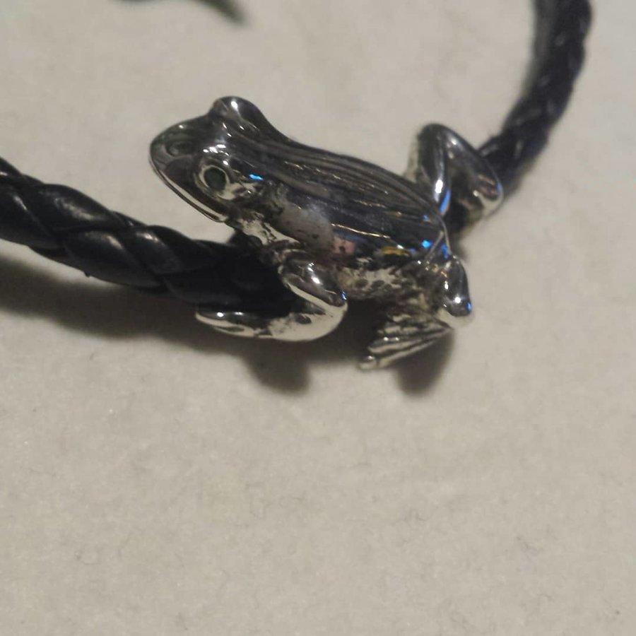 Frosch aus 925/- Silber mit Augen aus facettierten Smaragden